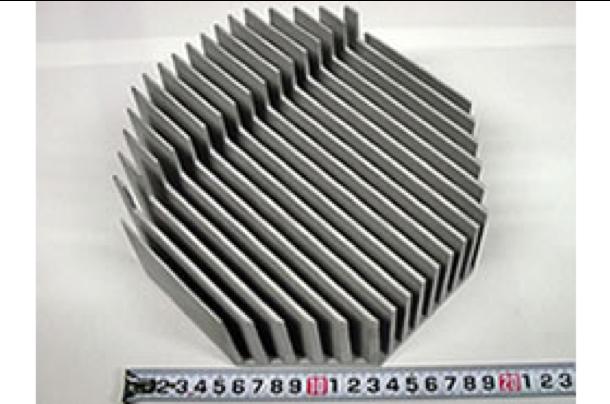 「溶湯方案や木型製作方法を工夫し、砂型鋳造で製作」 フィンの高さ80mm、ピッチ10mm